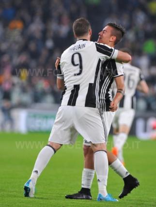 TORINO, ITALIA 8 APRILE 2017 - JUVENTUS STADIUM Campionato Serie A Tim 2016/2017 31a giornata - JUVENTUS vs. CHIEVO NELLA FOTO: Higuain e Dybala esultano