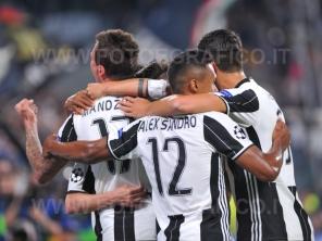 TORINO, ITALIA 11 aprile 2017 - JUVENTUS STADIUM Champion's League 2016/2017 Quarti di finale - JUVENTUS vs. BARCELLONA NELLA FOTO: l'esultanza della Juve per il secondo gol di Dybala
