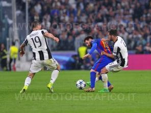 TORINO, ITALIA 11 aprile 2017 - JUVENTUS STADIUM Champion's League 2016/2017 Quarti di finale - JUVENTUS vs. BARCELLONA NELLA FOTO: contrasto a centrocampo su Messi