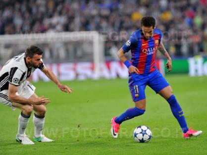 TORINO, ITALIA 11 aprile 2017 - JUVENTUS STADIUM Champion's League 2016/2017 Quarti di finale - JUVENTUS vs. BARCELLONA NELLA FOTO: Neymar contro Barzagli