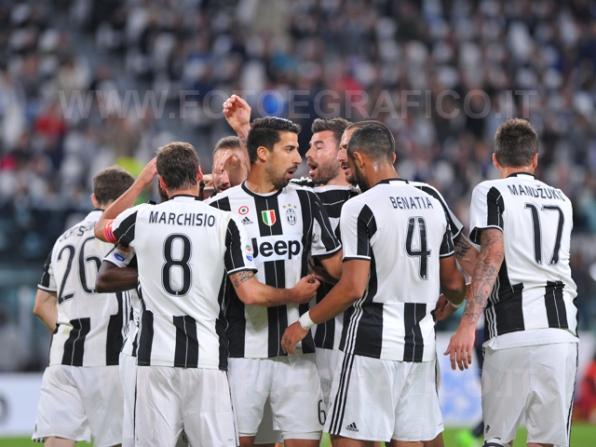 TORINO, ITALIA 23 APRILE 2017 - JUVENTUS STADIUM Campionato Serie A Tim 2016/2017 33a giornata - JUVENTUS vs. GENOA NELLA FOTO: la Juve esulta per il vantaggio