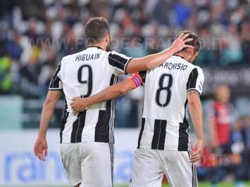 TORINO, ITALIA 23 APRILE 2017 - JUVENTUS STADIUM Campionato Serie A Tim 2016/2017 33a giornata - JUVENTUS vs. GENOA NELLA FOTO: l'abbraccio di Higuain a Marchisio dopo il primo gol