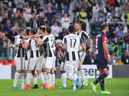 TORINO, ITALIA 23 APRILE 2017 - JUVENTUS STADIUM Campionato Serie A Tim 2016/2017 33a giornata - JUVENTUS vs. GENOA NELLA FOTO: la Juve esulta dopo il secondo gol