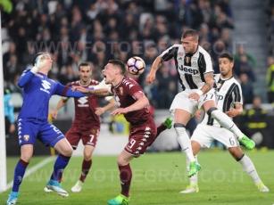 TORINO, ITALIA 6 MAGGIO 2017 - JUVENTUS STADIUM Campionato Serie A Tim 2016/2017 35a giornata - JUVENTUS vs. TORINO NELLA FOTO: l'azione più pericolosa della Juve che colpisce la traversa