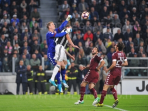 TORINO, ITALIA 6 MAGGIO 2017 - JUVENTUS STADIUM Campionato Serie A Tim 2016/2017 35a giornata - JUVENTUS vs. TORINO NELLA FOTO: uscita alta di Hart
