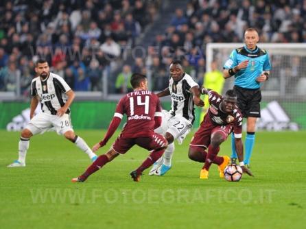 TORINO, ITALIA 6 MAGGIO 2017 - JUVENTUS STADIUM Campionato Serie A Tim 2016/2017 35a giornata - JUVENTUS vs. TORINO NELLA FOTO: contrasto a centrocampo