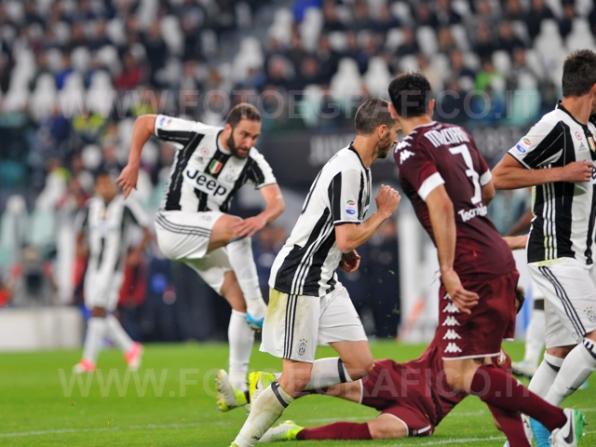 TORINO, ITALIA 6 MAGGIO 2017 - JUVENTUS STADIUM Campionato Serie A Tim 2016/2017 35a giornata - JUVENTUS vs. TORINO NELLA FOTO: il gol di Higuain