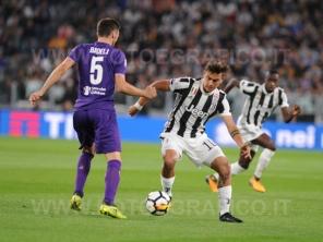 TORINO, ITALIA 20 settembre 2017 - ALLIANZ STADIUM Campionato Serie A Tim 2017/2018 4a giornata - Juventus vs. Fiorentina NELLA FOTO: Paulo Dybala contrastato da Badelj