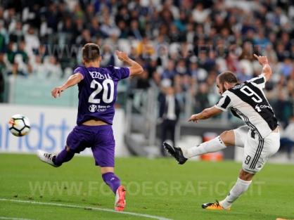 TORINO, ITALIA 20 settembre 2017 - ALLIANZ STADIUM Campionato Serie A Tim 2017/2018 4a giornata - Juventus vs. Fiorentina NELLA FOTO: pericoloso tiro di Higuain