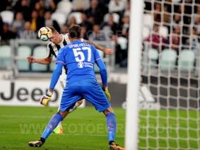 TORINO, ITALIA 20 settembre 2017 - ALLIANZ STADIUM Campionato Serie A Tim 2017/2018 4a giornata - Juventus vs. Fiorentina NELLA FOTO: pericolosa azione di Mandzukic
