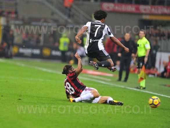 MILANO, ITALIA 28 ottobre 2017 - STADIO LUIGI MEAZZA SAN SIRO Campionato Serie A Tim 2017/2018 11a giornata - MILAN VS JUVENTUS NELLA FOTO: contrasto su Cuadrado